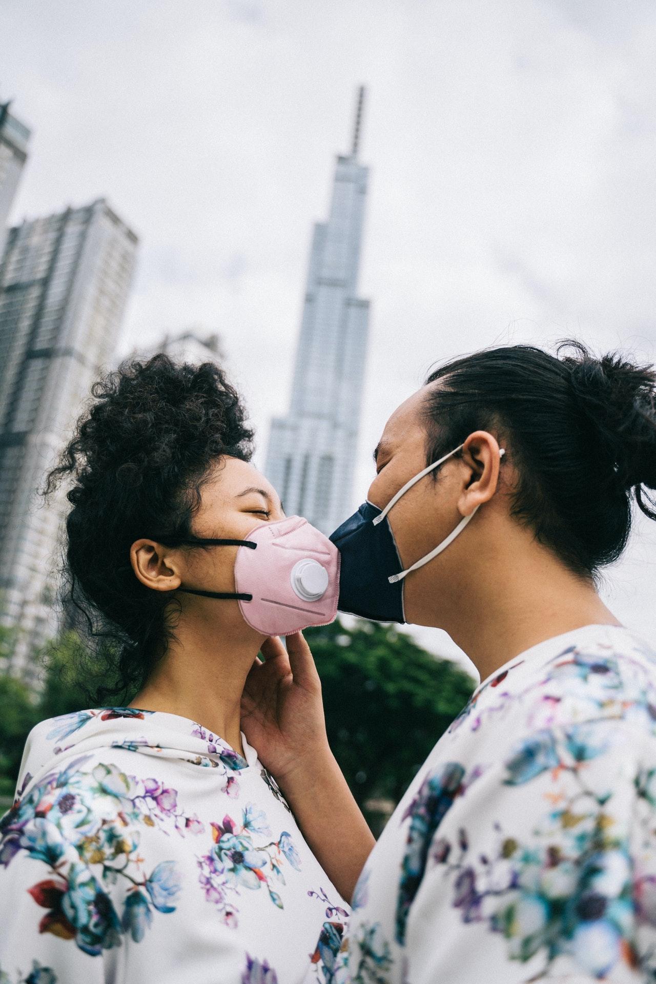 küssen in atemschutzmasken
